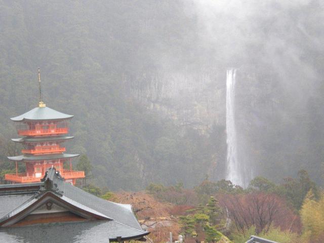 雨に煙る那智の滝
